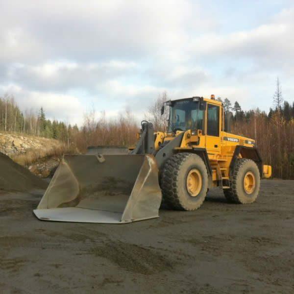 Volvo120D on järeä maansiirtotyökalu Lindroosin Soran hiekkamontuilla
